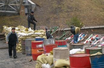 Strengthening barricades at Institutskaya St.